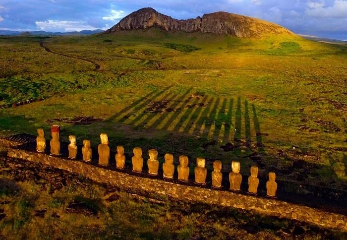 Клочок пустынной земли, затерянный посреди Тихого океана, известный уникальными каменными статуями-великанами.