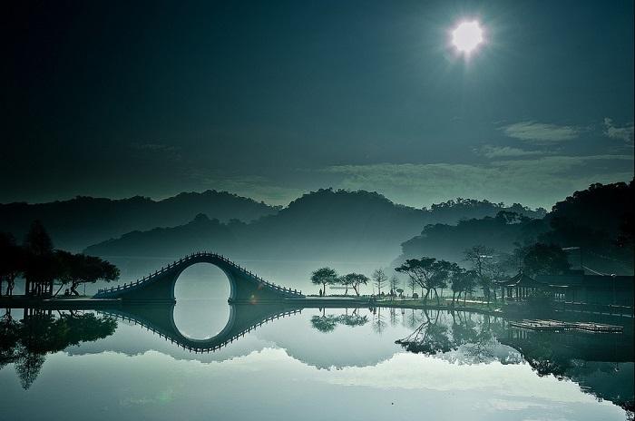Главная достопримечательность городского парка Dahu, расположенного в промышленном районе Тайбэя, столицы острова Тайвань.