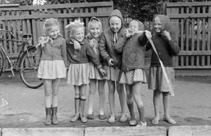 Девчонки из Старой Руссы,</div> <br> <p>Девчонки из Старой Руссы,<br>1967 год, фотограф Вадим Опалин.</p><p></center><br> <h2>28. Маленькие матросы</h2><br><center> <p></div> <br> <p>Дети играют в детском саду.</p><p></center><br> <h2>29. Сдача макулатуры во времена СССР</h2><br><center> <p><a  data-cke-saved-href=