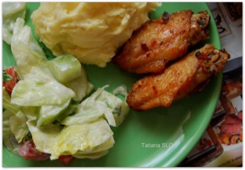Куриные крылышки гриль с освежающим салатом ...