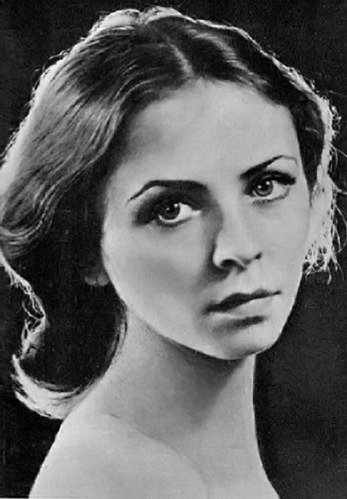 Ученица легендарной Улановой — одна из лучших балерин советского балета. С 2002 года делится мастерством с труппой Большого театра, которому отдала 40 лет жизни.