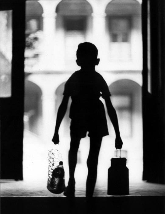 Мальчишка с авоськами, 1960 год. Фотограф Мирослав Муразов.