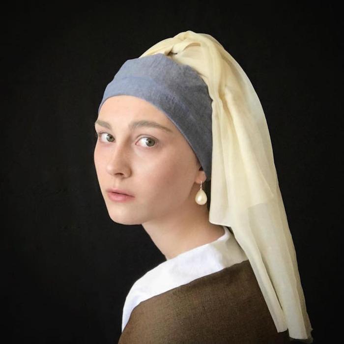 В образе девушки с жемчужной сережкой, героини картины Яна Вермеера.