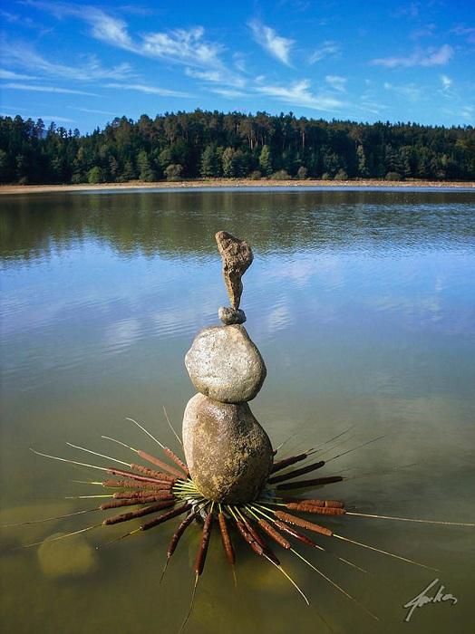 Связи между водой, скалами и лэнд-арт художником.