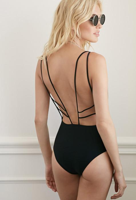 """Модные слитные купальники: стильно и сексуально: Сначала кажется, что это обычный закрытый черный купальник, но если повернуться спиной, становится понятно, что """"в тихом омуте черти водятся""""."""