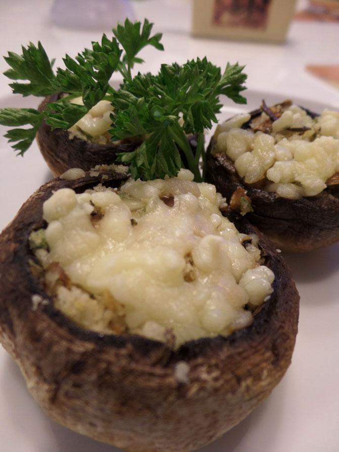 Рецепт на выходные: Шампиньоны, фаршированные сыром и сухарями