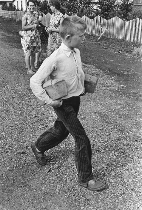 Мамин помощник, 1960 год. Фотограф Григорий Дубинский.