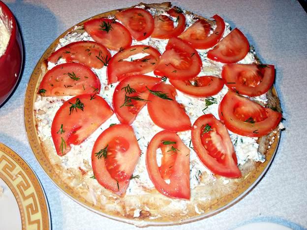 Блин с помидорами