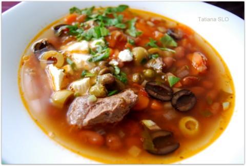 Греческий суп фасолада на говяжьем бульоне.