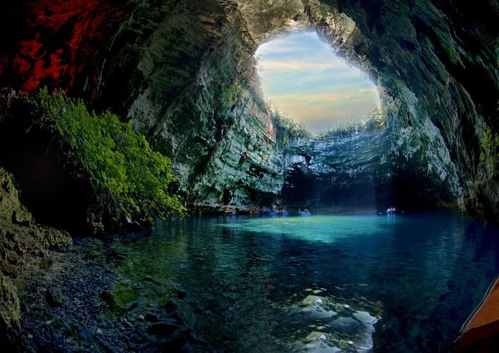 Известна пещера Мелиссани с подземным озером с темно-синими водами, которое лучше всего исследовать на лодке.