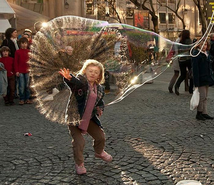 Брызги огромного мыльного пузыря.