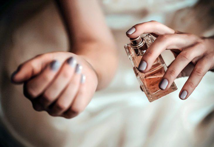 6 мест на теле, куда нужно наносить парфюм, чтобы продлить его «звучание»