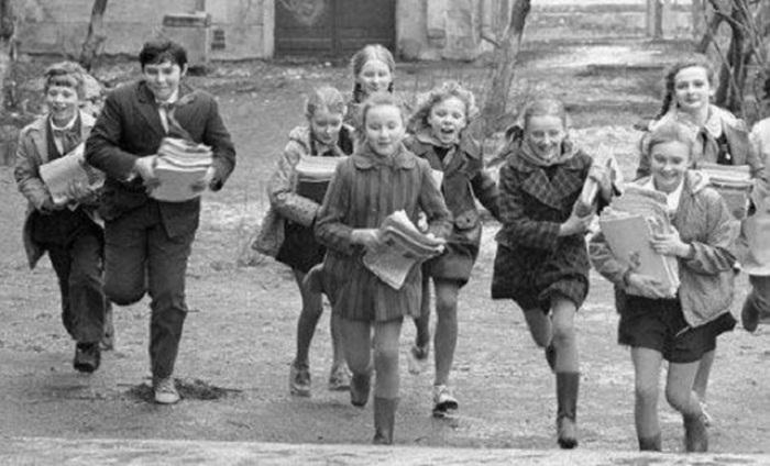 Главной общественной нагрузкой для советских школьников 1970-1980-х годов стал сбор макулатуры. Пионеры дважды в год сносили тонны бумаги.