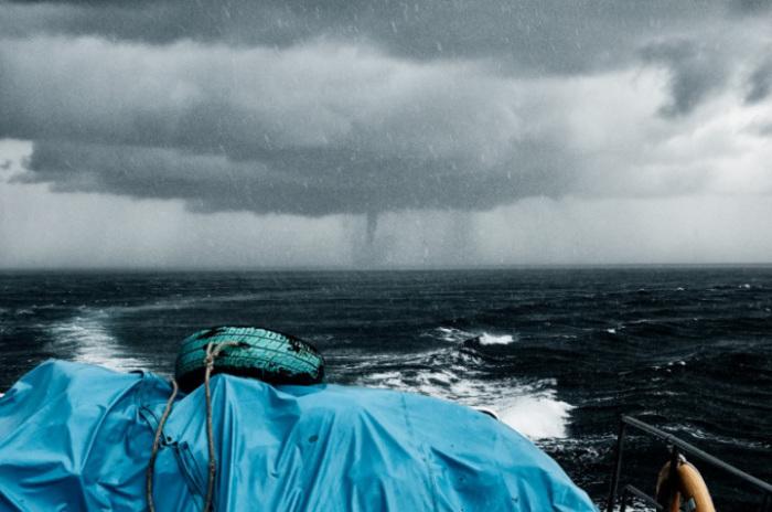 На море во время тайфуна.