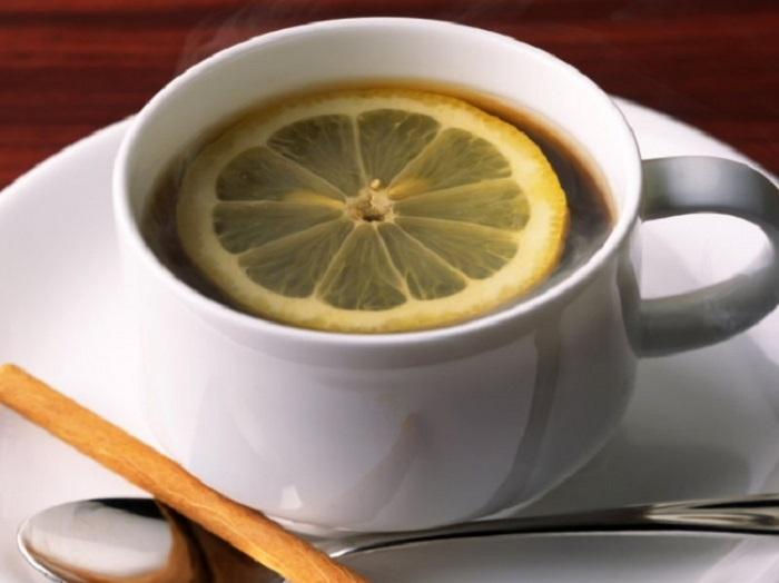 Эспрессо с цитрусовым вкусом, перед употреблением лимон надо «расплющить» ложечкой о стенки или дно чашки.