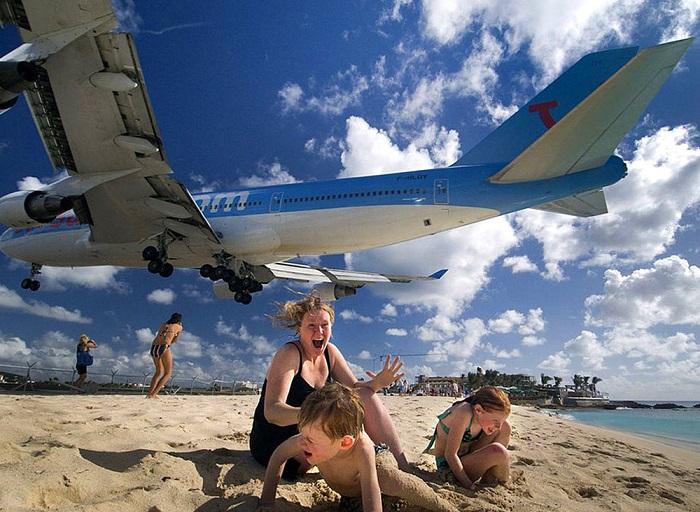 Международный аэропорт Принцессы Юлианы на Сан-Мартене находится всего в двух шагах от пляжа, так что самолеты заходят на посадку на малой высоте над толпами загорающих туристов.