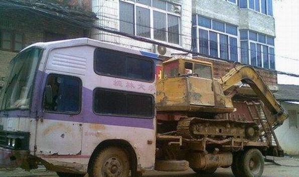 2. Китайцы приспосабливают старые автобусы к перевозке строительной техники. автобус, креатив, луаз