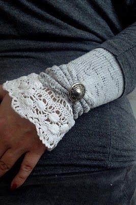 Mitaines faites avec une paire de chaussettes. Coupez la partie des orteils. Coudre la partie du talon à la main en la fronçant puis ajouter un bouton décoratif. Coudre un ruban de dentelle ou un galon en étirant le bord de la chaussette.:
