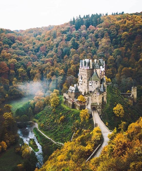 Один из самых известных и красивых замков Германии, расположен в пышном лесу близ Кобленца.