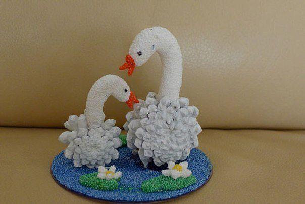 Поделки лебедей из шишек