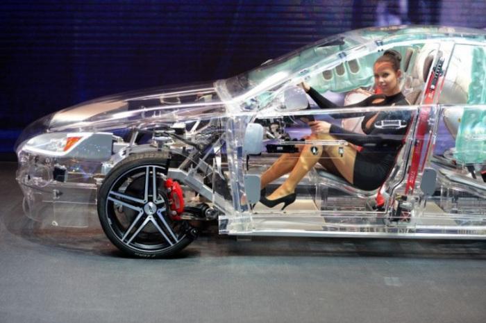 Полностью прозрачный акриловый автомобиль.