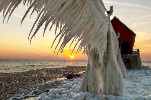 Обледеневшие маяки на озере Мичиган (10 фото)