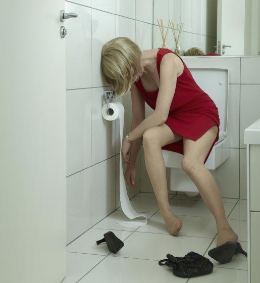 бабы в туалете порно видео