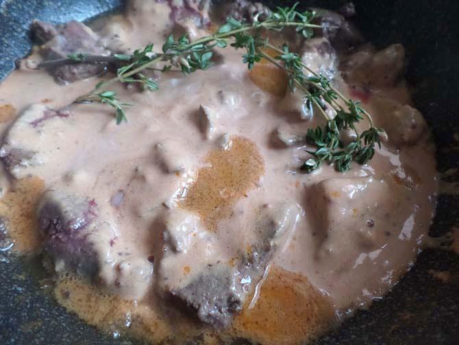 Говяжья печень, тушёная в сметанно-горчичном соусе