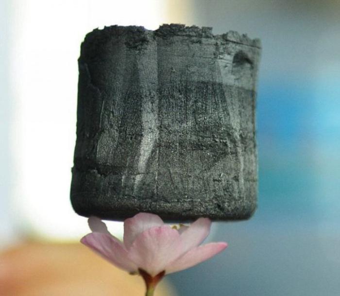 Самый лёгкий в мире твёрдый материал.