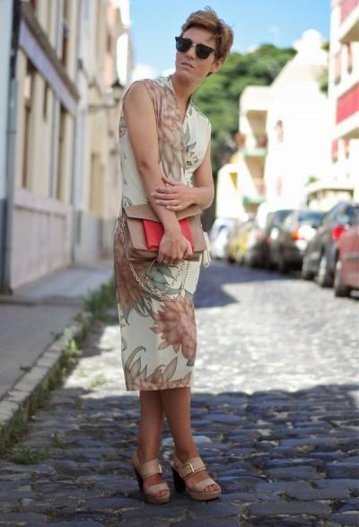 принтованное платье с запахом для повседневного образа 50-летней