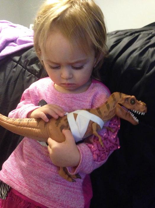 Малышка попросила перевязать раны динозавру и теперь выхаживает его.