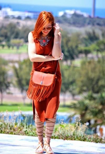 прямое платье с разрезами из замши в летнем комплекте 50-летней