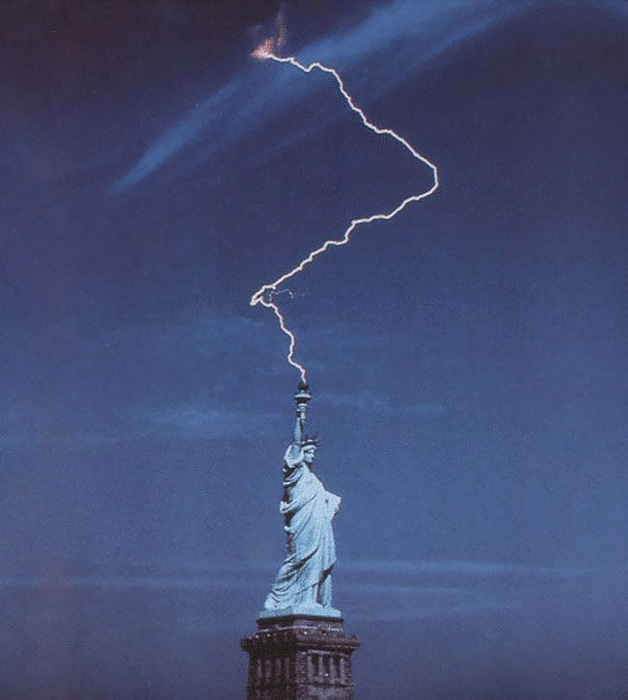 Статуя Свободы и молния.
