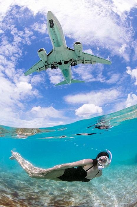 Отдыхающие то и дело видят над своей головой самолеты, которые пролетают чуть ли не над их макушками.
