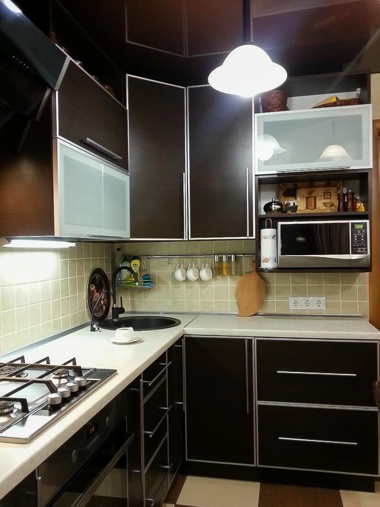 Контрастная кухня 8 кв м в современном
