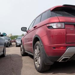 В Минске москвичка на Range Rover покусала инспекторов, пыталась съесть протокол