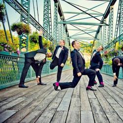 Свадебные фотографии с нескучными друзьями жениха