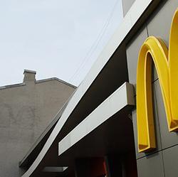 Москвичка потребовала от «Макдоналдса» миллион рублей за мат