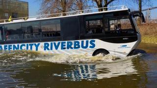 Плавающий экскурсионный автобус в Германии