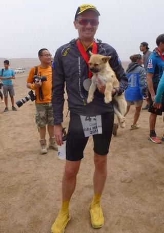 Друзья навеки: шотландец разыскал собаку, которая пробежала рядом с ним марафон через пустыню Гоби