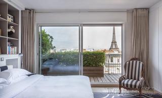 Парижская квартира с верандой, смотрящей на Эйфелеву башню