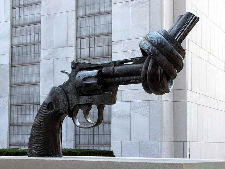 Пистолет с завязанным дулом. Тертл-Бей, Нью-Йорк, США. достопримечательности, искусство, памятники
