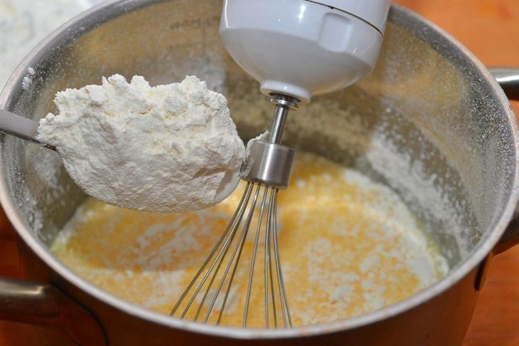 В полученную смесь понемногу добавлем муку и замешиваем тесто