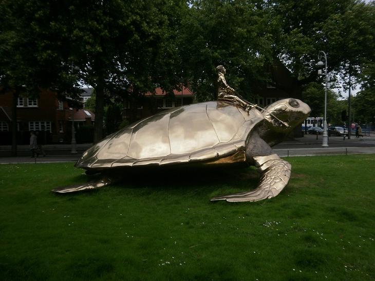 Памятник- человек, сидящий на черепахе в Амстердаме. Фото