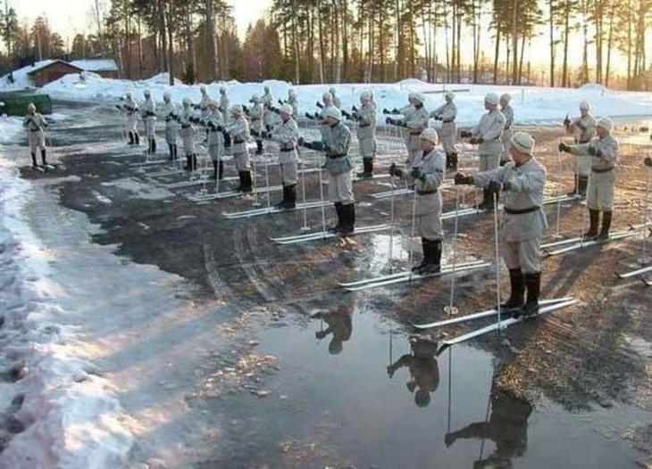 То, что снег растаял ещё не повод отменять запланированный марш-бросок. армия, военные, прикол, юмор