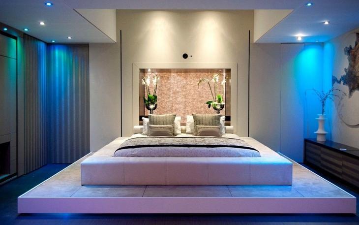 Завершающим штрихом дизайна данного помещения стало формирование изголовья кровати жидкими обоями