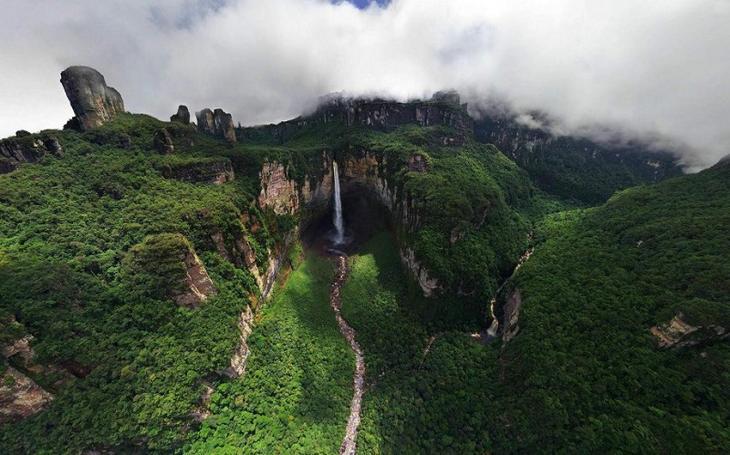 Водопад Дракон в Венесуэле, Южная Америка. Фото