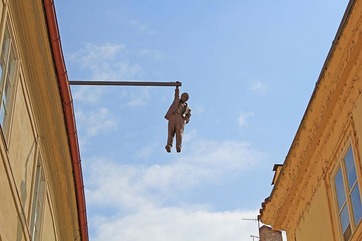 Висящий человек. Прага, Чехия. достопримечательности, искусство, памятники