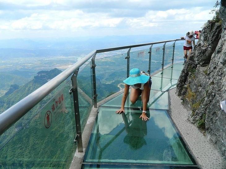 4. Стеклянная «Тропа страха», высота 1430 метров. Казалось бы, что может быть страшнее? интересное, фото