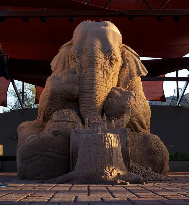 Невероятно! Слон, играющий в шахматы с мышью